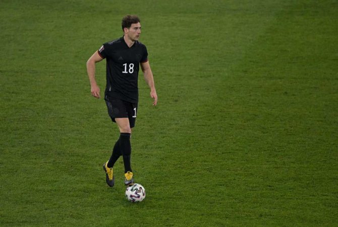 Leon Goretzka im neuen DFB Away Trikot 2021 im März 2021. (Foto AFP)