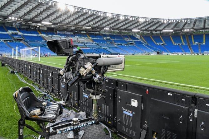 Fußball schauen im TV zur Fußball EM 2021 (Photo by Alberto PIZZOLI / AFP)