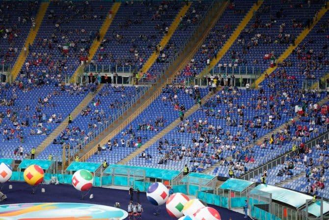 Fans sitzen auf den Tribünen und halten sozialen Abstand vor dem Beginn des Fußballspiels der UEFA EURO 2020 Gruppe A zwischen der Türkei und Italien im Olympiastadion in Rom am 11. Juni 2021. Andrew Medichini / POOL / AFP