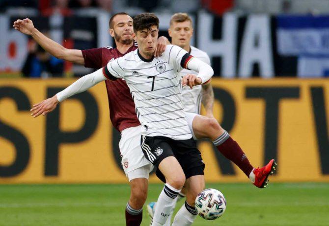 Deutschlands Mittelfeldspieler Kai Havertz kämpft mit Lettlands Mittelfeldspieler Arturs Zjuzins (L) um den Ball während des Fußball-Freundschaftsspiels zwischen Deutschland und Lettland in Düsseldorf, Westdeutschland, am 7. Juni 2021, in Vorbereitung auf die UEFA-Europameisterschaft. Odd ANDERSEN / AFP