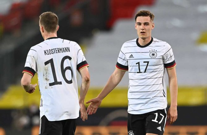 Deutschlands Verteidiger Lukas Klostermann (L) und Deutschlands Mittelfeldspieler Florian Neuhaus(R) laufen während des Fußball-Freundschaftsspiels Deutschland gegen Dänemark am 2. Juni 2021 in Innsbruck, Österreich, in Vorbereitung auf die UEFA-Europameisterschaft auf das Spielfeld. Christof STACHE / AFP