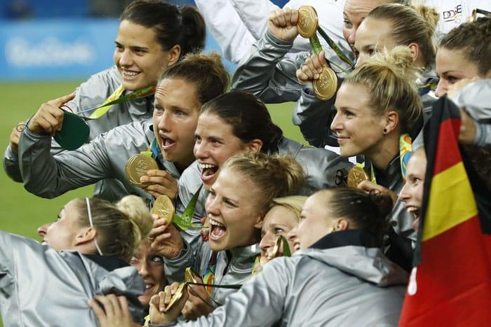 Die deutschen Frauen gewinnen in Fußball im Maracana stadium in Rio de Janeiro am 19.August 2016 die Goldmedaille. / AFP PHOTO / Odd Andersen