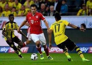 Bayerns Mats Hummels (C) gegen Dortmund's Pierre-Emerick Aubameyang beim Super Cupam 14.August 2016. / AFP PHOTO / PATRIK STOLLARZ