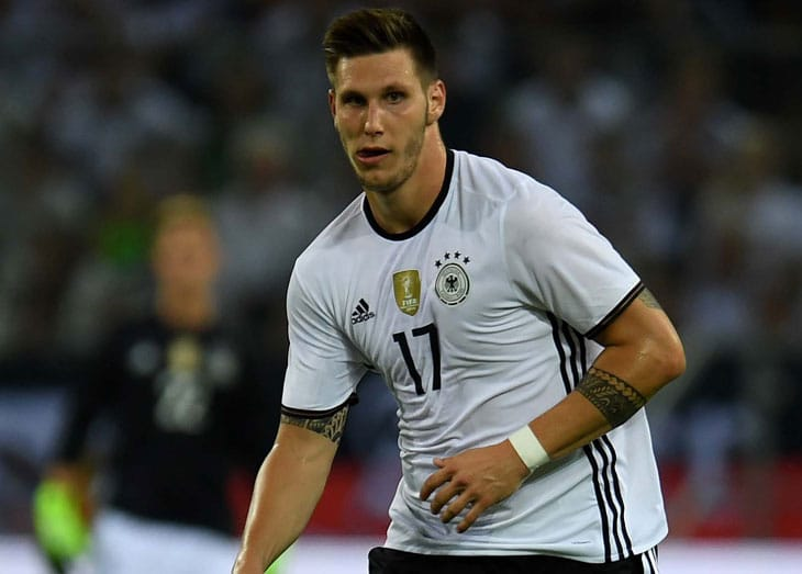 Heute um 14 Uhr findet in Berlin die offizielle DFB-Pressekonferenz vor den kommenden beiden Länderspielen gegen England (Freitag in London, Live bei ZDF um 21:00 Uhr) und gegen Frankreich (Dienstag in Köln live in der ARD ab 20:45 Uhr). Zu Gast auf dem Podium sind Teammanager Oliver Bierhoff, der DFB-Wiederkehrer Mario Götze und Bayern-Spiele Nikolas Süle. Wir berichten live von der PK.