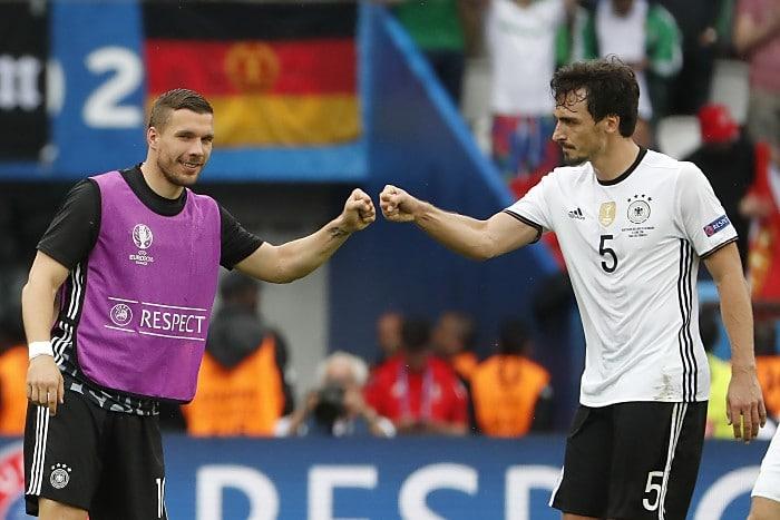 Mats Hummels (R) und Lukas Podolski am 21.Juni 2016 - über die Reservistenrolle kam Poldi nicht mehr heraus. / AFP PHOTO / ODD ANDERSEN